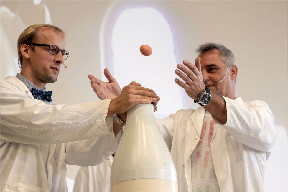 Bild zweier Wissenschftler mit einem fliegenden Ei